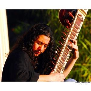 Angelo Primon com o sitar (crédito: Camila Mazzini)