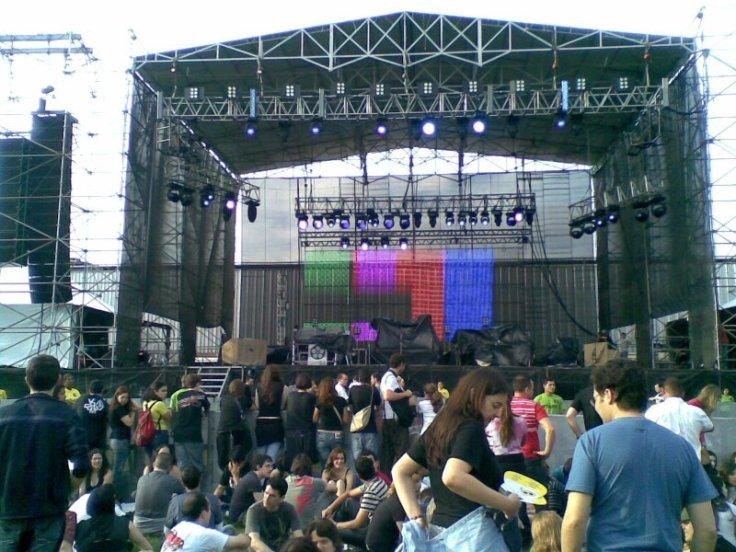 O palco do R.E.M. no Zequinha Stadium (Photo by Maccari, eu sou o sujeito de branco abaixo à esquerda, com a proto careca à mostra)