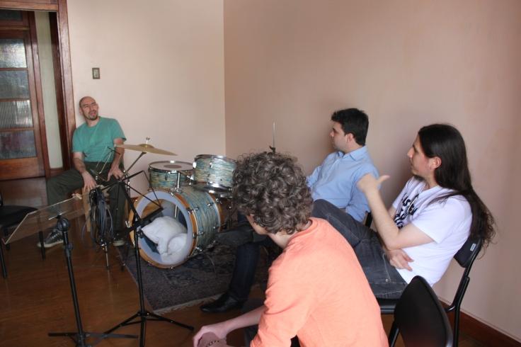 O cantor e compositor Oly Jr. em um bate-papo com alunos da Escola Pública de Música (Foto: Jefferson Pereira de Almeida)