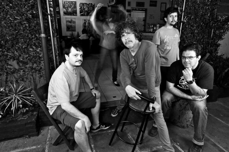 Da esquerda para a direita (sentados): Rodrigo Reinheimer, Bebeto Alves e Marcelo Corsetti. Em pé: Luke Faro.